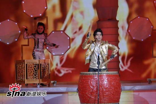 图文:09年央视春节晚会--周杰伦击鼓振奋人心