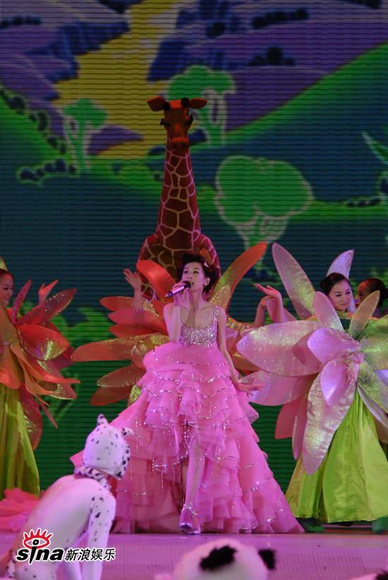 """图文:09年央视春节晚会--黄圣依玩转""""森林舞会"""""""