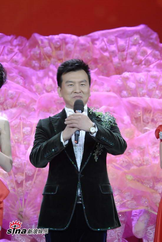 图文:09年央视春节晚会--张泽群抱拳拜年