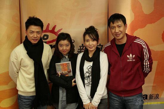 图文:《团长》主创做客--主创与主持人刘杨合影