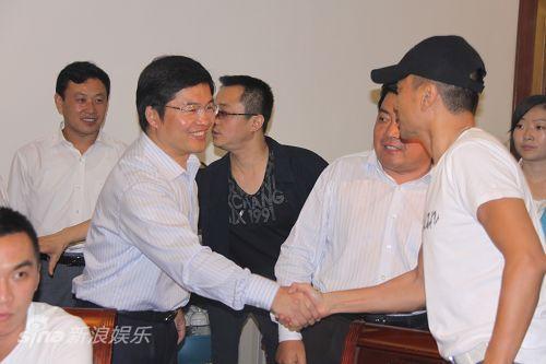 图文:水浒战船--东平县长赵德健与演员见面