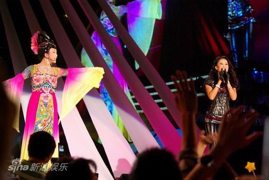 图文:《同一首歌》国庆唱红歌-田震与李玉刚同台