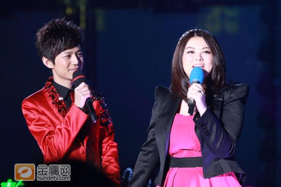 图文:湖南卫视跨年演唱会-何炅和李湘