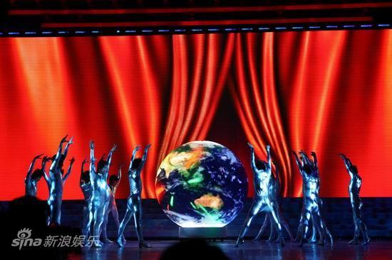 图文:2010群星大联欢--舞台效果瑰丽多姿