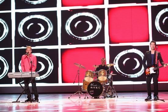 图文:2010群星大联欢--迈克学摇滚表演