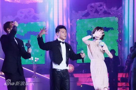 图文:2010舞林盛典--现场同做小虎队手势