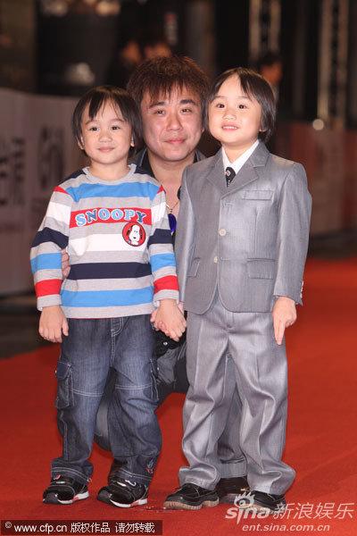 图文:45届金钟奖红毯-小小彬父子三人