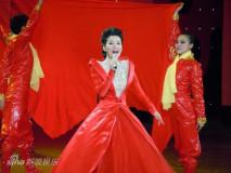 组图:谭晶红裙高唱歌曲春晚献礼建党90周年