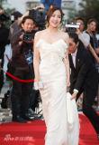 组图:朴敏英低胸白礼裙优雅亮相展露甜美微笑