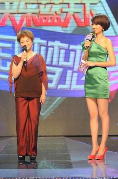傻姑饰演者陈安莹(左)亮相