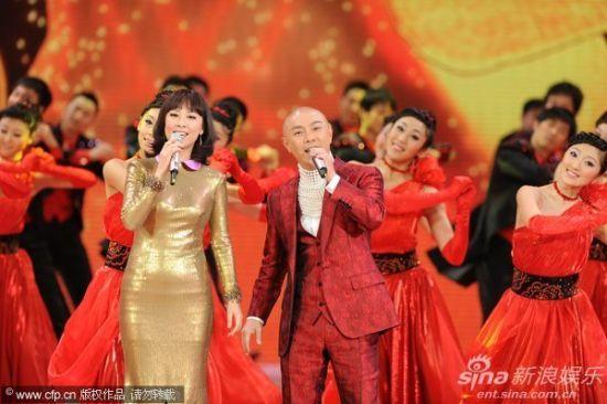 图文:央视春晚-张卫健张茜夫妇献唱《祝福你》