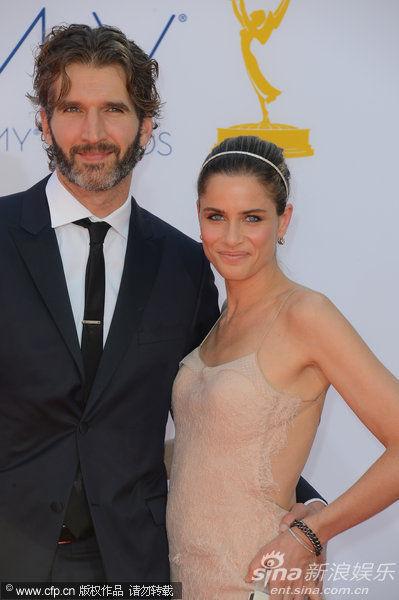 图文:第64届艾美奖红毯-阿曼达-皮特与丈夫贝尼