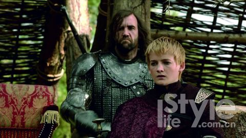 乔佛里王子虚伪凶残,侍卫猎狗时常助纣为虐。