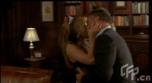 组图:安妮斯顿客串美剧低胸装变女仆色诱献吻