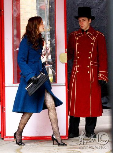 组图:莉顿赶拍《绯闻女孩》穿深蓝大衣露玉腿