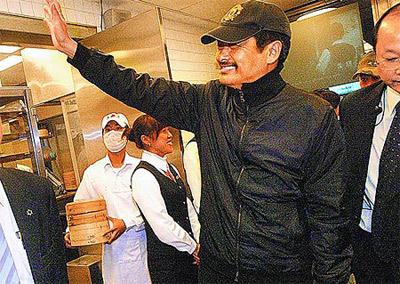周润发携妻宣传《七龙珠》抵台先吃小笼包(图)