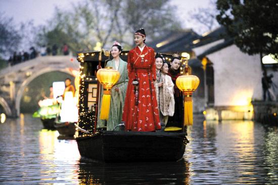 新《红楼梦》探班宝黛钗乘船夜游乌镇