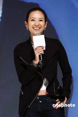 16日晚,章子怡低调现身北京,为某品牌手机代言。中新社发 李学仕 摄