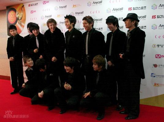 图文:韩国金唱片红毯星光灿烂SJ一身黑显霸气
