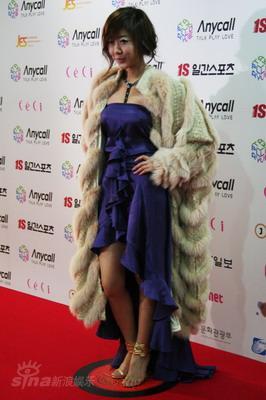 图文:韩国金唱片红毯星光灿烂洋葱紫礼服抢眼
