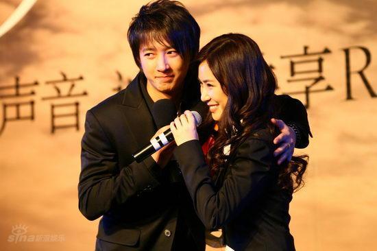 图文:张力尹《星愿》发布会--张力尹与韩庚拥抱