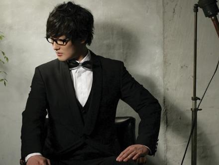 图文:安七炫入伍前告别专辑写真--绅士打扮