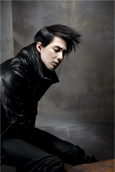图文:赵仁成拍写真演绎百变造型--黑皮衣有型