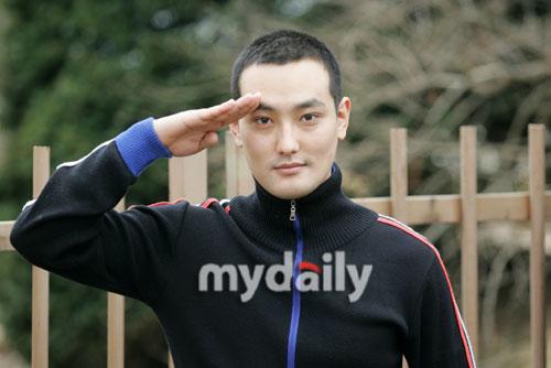 图文:安七炫剃发从军入伍--行军礼道别