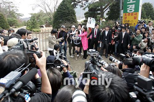 图文:安七炫剃发从军入伍--现场媒体蜂拥
