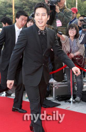 图文:百想大赏红地毯--金俊成步履轻快