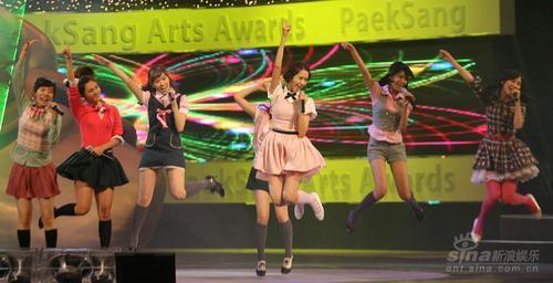 图文:韩国人气组合少女时代劲歌热舞掀起高潮
