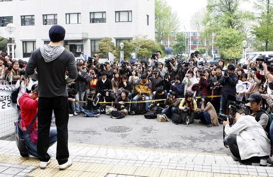 图文:韩星高修今日退伍--媒体影迷众多