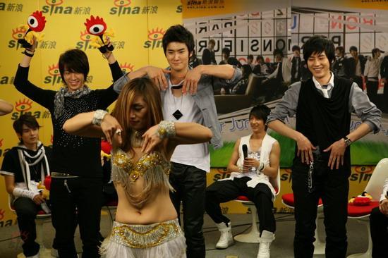 图文:SJ-M新浪七彩课堂--东海举起小浪伴舞