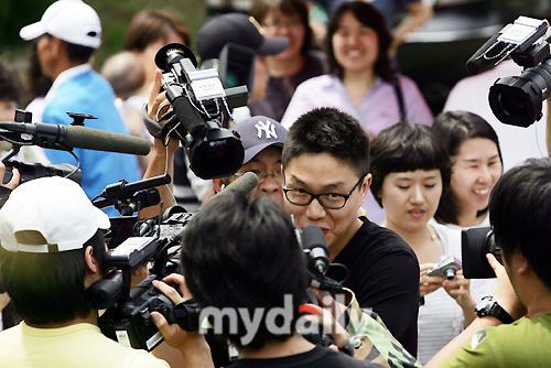 图文:韩歌手成时京入伍服役--匆忙躲避镜头