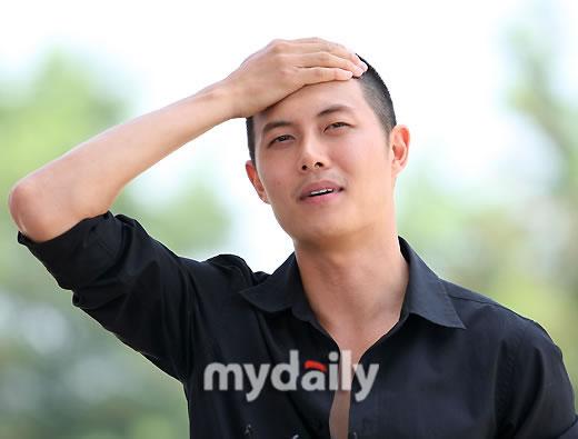 图文:当红韩星在熙今日入伍--拍拍额头