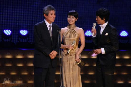 图文:首尔电视剧盛典举行--柳真性感礼服抢镜