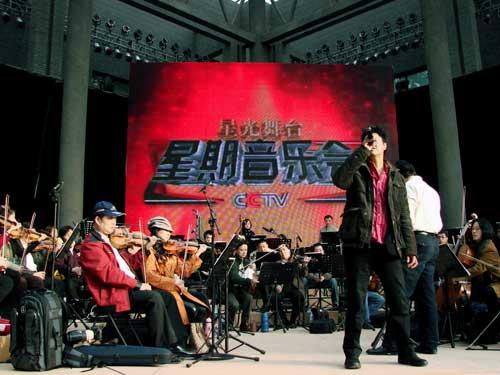 高明骏与交响乐团合作共同演绎《年轻的喝彩》
