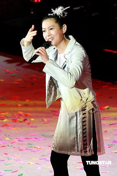 组图:刘若英体形暴肥身材走样 穿红裙肩宽臂粗