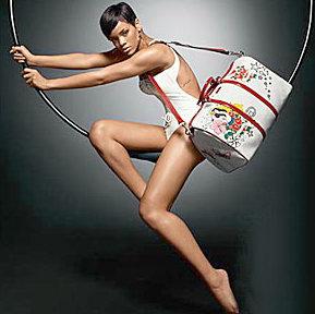 蕾哈娜代言奢侈品牌造型酷似蔡依林专辑封面