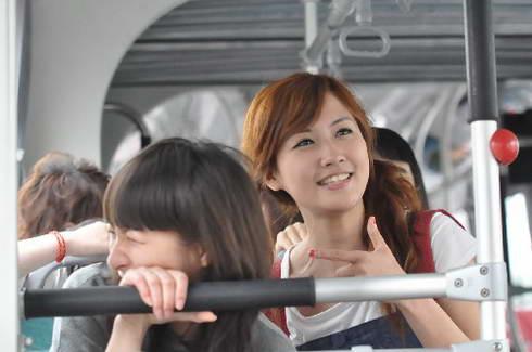 新浪携手部分快女体验郑州BRT免费吃火锅(图)