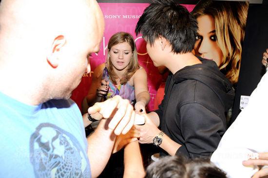 凯莉-克莱森香港签售受歌迷追捧(图)