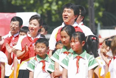 成龙刘媛媛走进小学唱《国家》(图)