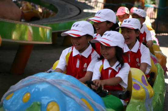 震区孩子受歌曲《国家》团队之邀欢乐谷过六一