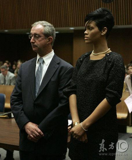 布朗认罪并获5年缓刑蕾哈娜黑衣出席似赴葬礼