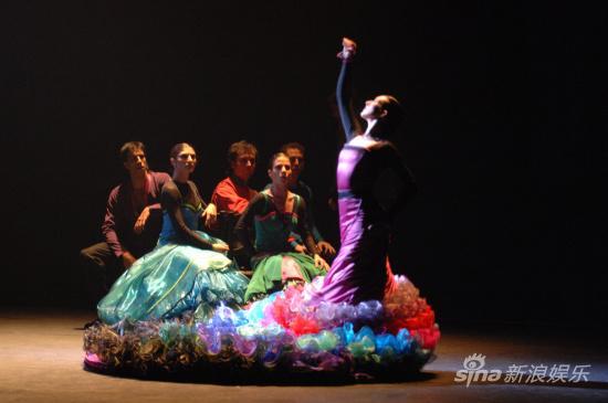 西班牙红白舞王激情对舞4米长裙火辣摇曳(图)