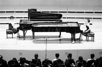 """石叔诚""""拖家带口""""弹钢琴小琴童感受音乐之声"""
