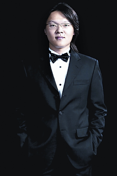 青年钢琴家吴纯献艺湖北剧院 演奏高难度钢琴