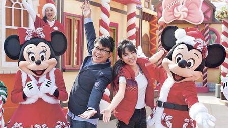 g.e.m.与陈奂仁在迪士尼与米奇,米妮高唱圣诞歌.