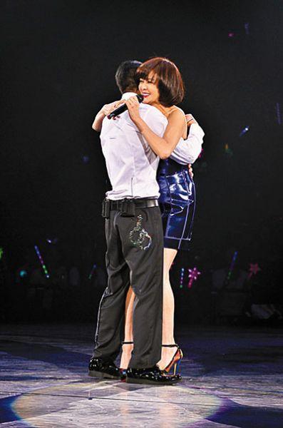 关之琳与刘德华来个紧密拥抱