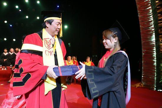 李罡院长亲自颁发毕业证书